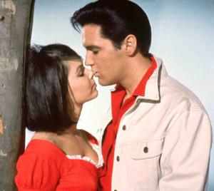 Yvonne Craig med Elvis i 'Kissin' Cousins'