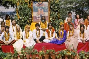Maharishi Mahesh Yogi (midt i) med The Beatles, deres familie og venner, februar 1968