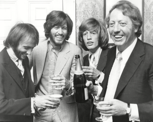 Robert Stigwood (t.h.) med The Bee Gees, 1970