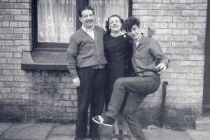 Ringo med sin mor Elsie og stedfader Harry foran huset i Admiral Grove
