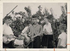 Quarrymen, Lennon i front, Pete Shotton i hvid skjorte t.h.