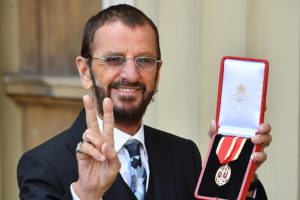 Ringo Starr with his medal - 20. marts 2018